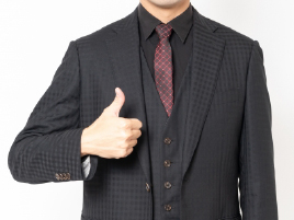 ピッタリのスーツを着こなす男性